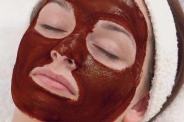 Такое лакомство, как шоколад, давно и успешно используется в индустрии красоты. По заверениям специалистов, ценные косметические свойства шоколаду придает входящий в состав кофеин, который стимулирует кровообращение, нормализует отток крови и лимфы, активизирует распад жиров, и кожа становится заметно более упругой. В шоколаде также содержатся компоненты, под влиянием которых кожа заметно очищается и увлажняется. Исчезают пигментные пятна и угревая сыпь.
