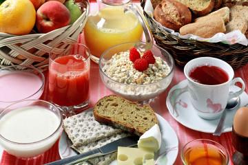 Бытует такое мнение: мы то, что мы едим, и в этом есть доля правды. От правильно подобранного питания зависит состояние всего организма. Завтрак — это один из главных приемов пищи, который задает старт на весь оставшийся день. Грамотно составленный рацион заряжает вас энергией и позволяет избегать вредных перекусов. Идеальный завтрак – это завтрак, в котором есть сложные углеводы (каши или мюсли), белок (йогурт, кефир или молоко), а также фрукты и овощи. Диетологи всего мира сошлись в едином мнении: за завтраком вы можете съесть больше, чем, скажем, во время обеда и ужина. Но превращать утренний прием пищи в праздничное застолье тоже не нужно.